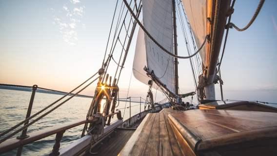 Starszy mężczyzna zamierza spędzić resztę życia na łodzi