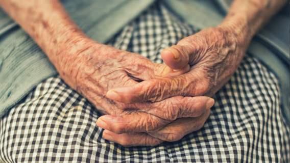 Przygarnął 100-latkę, którą krewni wyrzucili z mieszkania. Wielkoduszny gest taksówkarza