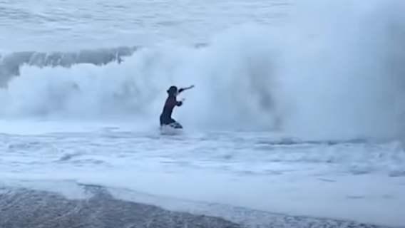 Ocean nie chciał uwolnić psa i jego opiekunki