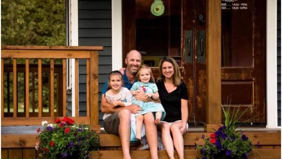 Wybudował dla córek domek jak marzenie. Mieszkają jak w bajce