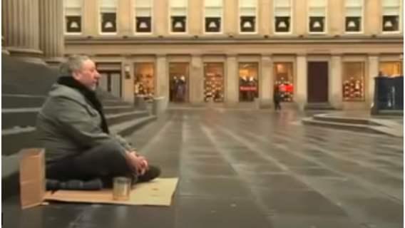 Bezdomny zbierał pieniądze na ulicy