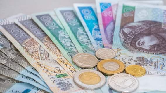 Kilka tysięcy Polaków dostanie 1700 zł dodatku do wynagrodzenia. Komu się należy?