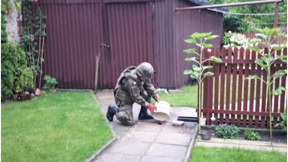 Kobieta znalazła w swoim ogródku granat i troskliwie się nim zaopiekowała