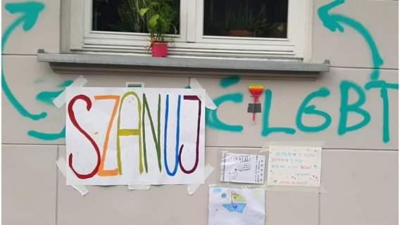 Wyraz homofobii został zasłonięty przez gest poparcia mieszkańców