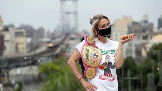 Miki Sudo z hot dogiem