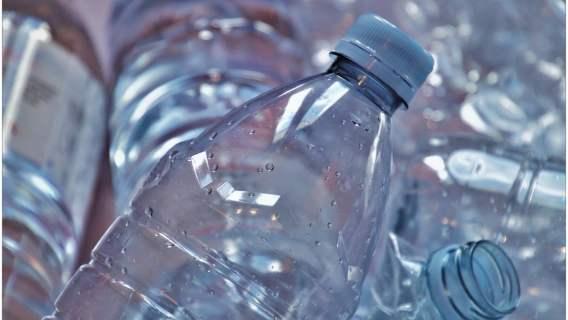 Plastikowe butelki i puszki mają być zwrotne. Nowy pomysł Ministerstwa Klimatu