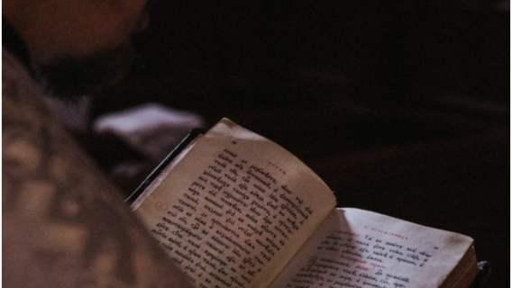Kobieta w końcu dowiedziała się, co czyta bezdomny mężczyzna