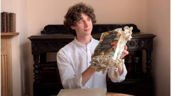 Biolog, który wyhodował na swojej książce grzyby