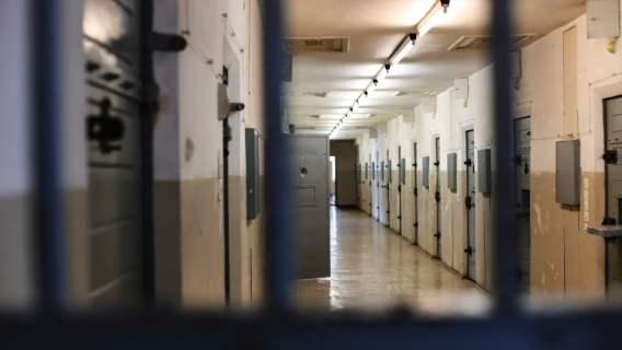 Więzniowie uratowali strażnika