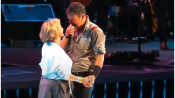 Muzyk zaprosił swoją mamę na scenę