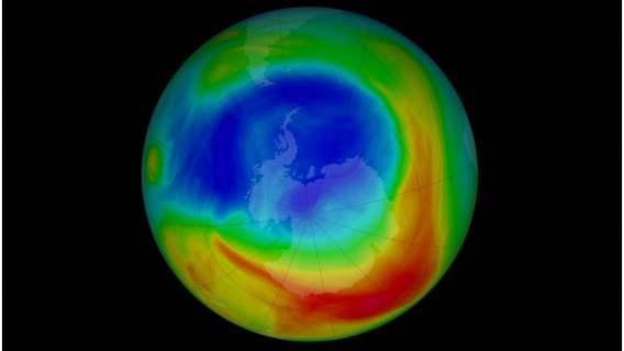 Ozon występujący nad Antarktydą zmienia swoje położenie