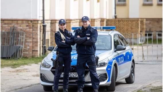 Policjanci pomogli kobiecie dotrzeć do szpitala, dzięki czemu mogła bezpiecznie urodzić