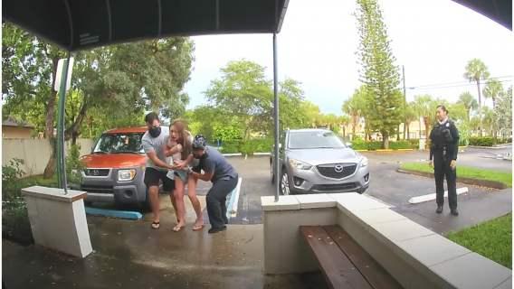 Nie zdążyli do kliniki i stało się, na parkingu. Niesamowite nagranie podbija internet