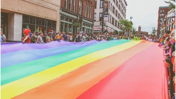 Flaga LGBTQ+, wkrótce prawa mniejszości seksualnych będą w Holandii chronione na mocy konstytucji.