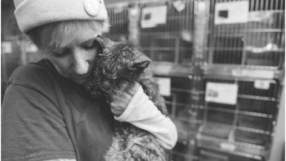 Elaine Simans pokazała siłę swojej empatii i przygarnęła bezbronne, zaniedbane stworzonko