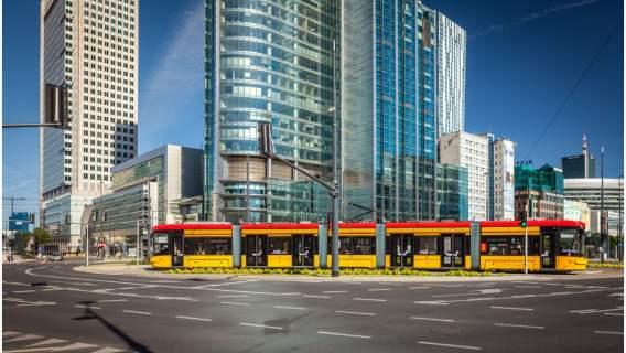 Muzułmanka z dwójką dzieci weszła do tramwaju w Warszawie. Niebywałe, co się potem wydarzyło