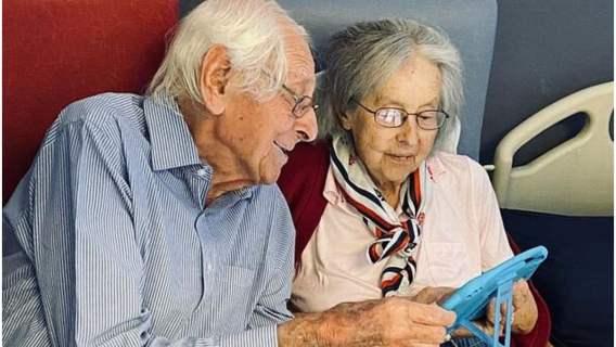 Małżeństwo seniorów pokonało koronawirusa i wyszło razem ze szpitala, trzymając się za ręce.