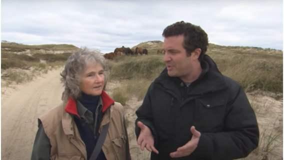 Zoe Lucas i Rick Visits podczas wywiadu na wyspie.