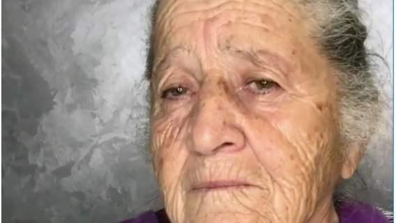 Babcia została pomalowana, a dzięki temu niebywale odmłodzona przez wnuczkę.