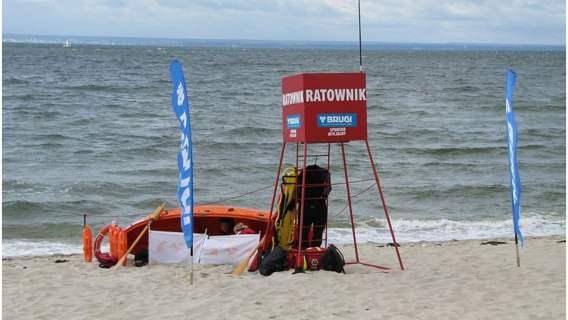 Ratownicy są pod wrażeniem zachowania plażowiczów.