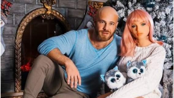 Oświadczył się plastikowej lalce, niedługo będzie ślub. Wspólne zdjęcia wbijają w fotel