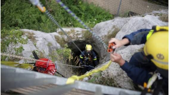 Sowa utknęła w studni, a strażacy podjęli nietypową akcję ratunkową.