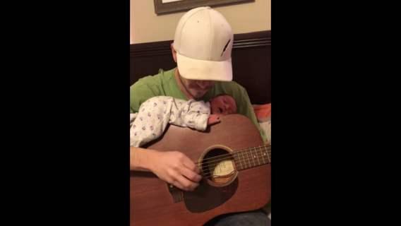 Ben Moseley i jego córeczka w trakcie słuchania kołysanki