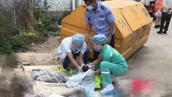 Sprzątacz znalazł i uratował dziecko porzucone w śmietniku.