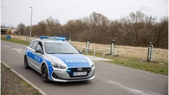 Policjanci zatrzymali pędzące auto i... chwilę później eskortowali je do szpitala, żeby ratować życie pasażerki