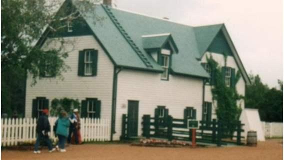 """Green Gables w Cavendish, powieściowy dom """"Ani z Zielonego Wzgórza""""."""
