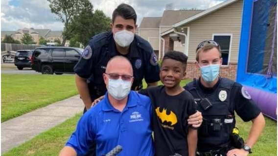 Bryan i policjanci z Departamentu Policji w Conway.