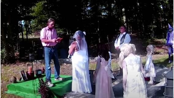 20-latka wzięła ślub z lalką zombie. Wspólne zdjęcia i wideo wbijają w fotel