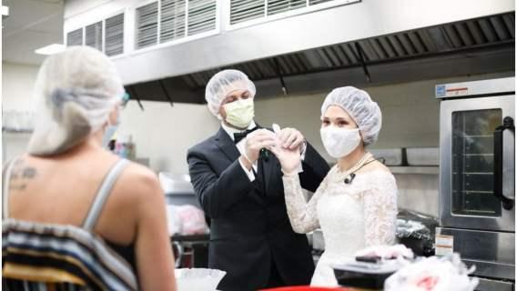 Odwołali wesele i przekazali jedzenie bezdomnym w schronisku. Dzień ślubu spędzili z potrzebującymi