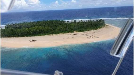 """Akcja ratunkowa na bezludnej wyspie dzięki napisowi """"SOS"""" na plaży."""
