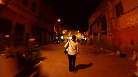 Kobieta szła sama w nocy