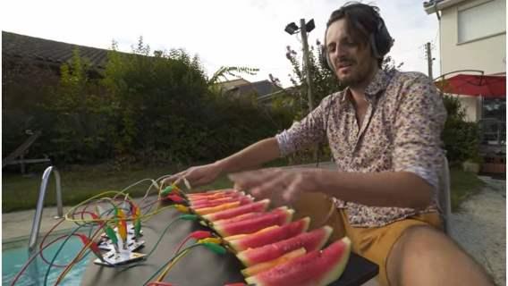 Muzyka wykreowana z owoców