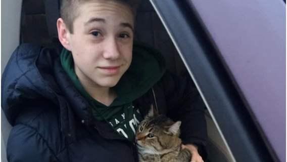 Nastolatek wyskoczył z samochodu by ratować bezbronnego gota