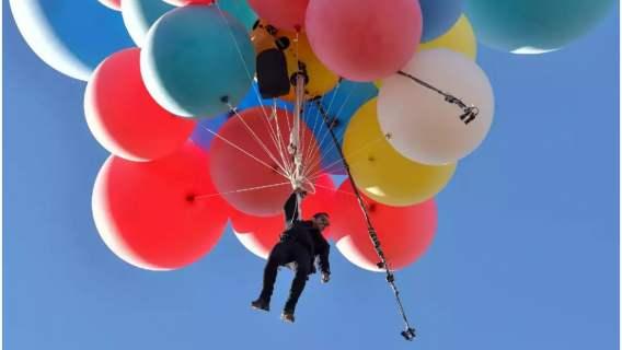 Balony z helem uniosły mężczyznę na wysokość ponad 7 km