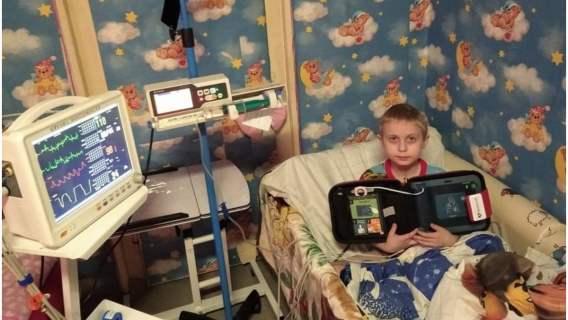 Chłopiec potrzebujący pomocy otrzymał sprzęt i leki z datków od internautów