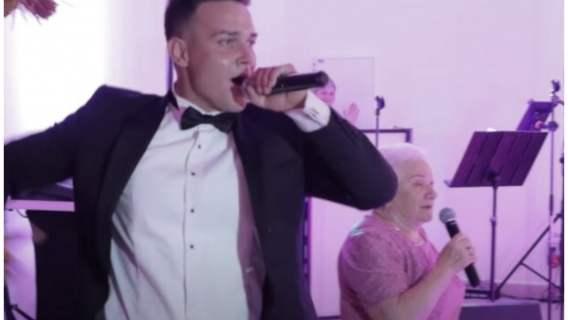 Gwiazda disco polo śpiewa ze swoją babcią na weselu. Zdarzenie całkowicie rozbroiło internautów