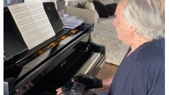 Pianista po ponad dwudziestu latach ponownie zagrał na fortepianie