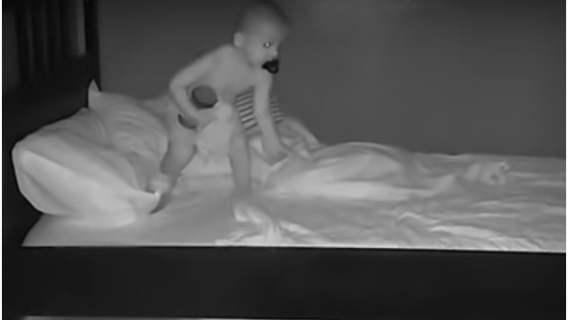 Włączyli kamerkę i dowiedzieli się, co w nocy robi ich dziecko. Nie mogli uwierzyć własnym oczom