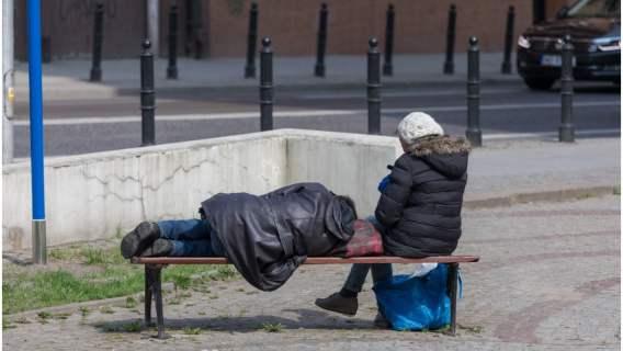 Kobieta pomaga bezdomnym i najbiedniejszym. Angażuje się w to z całego serca