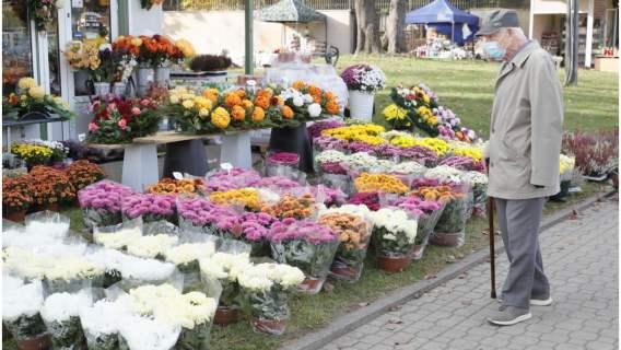 Tysiące Polaków nie zadbają w tym roku o groby bliskich. Na szczęście jest wyjście z trudnej sytuacji