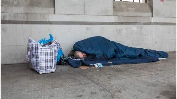 Bezdomnego zobaczył przypadkowy przechodzień, który od razu ruszył z pomocą. Najpiękniejszego gestu doświadczył jednak później