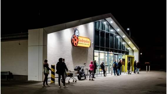 Biedronka i inne sklepy wprowadzają nowe udogodnienia dla klientów. Polacy mogą liczyć na większy komfort zakupów