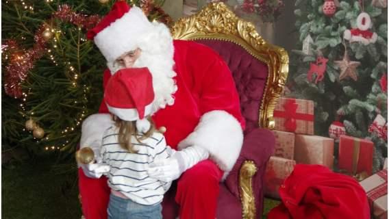 Dziecko, które czeka z utęsknieniem na Świętego Mikołaja może go teraz spotkać online