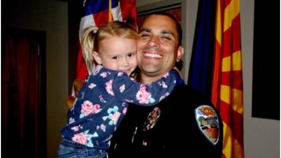 Policjant uratował życie maltretowanej dziewczynce. 2 lata później ją adoptował