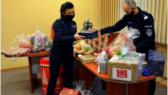 """""""Szlachetna Paczka"""": policjanci z całej Polski wzięli udział w szykowaniu prezentów dla podopiecznych akcji charytatywnej"""