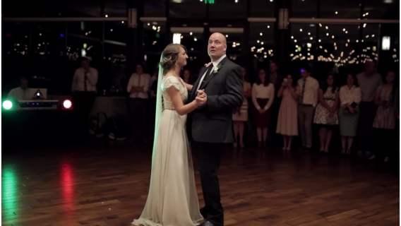 Córka z tatą zdumieli gości na weselu. Ich oryginalny taniec z pewnością przejdzie do historii [WIDEO]